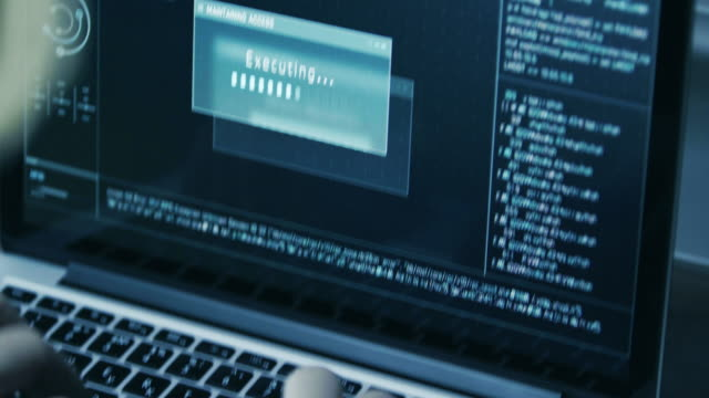 stockvideo's en b-roll-footage met hacker in kap kraken code met laptop en computers vanuit zijn kamer donker hacker - leger thema