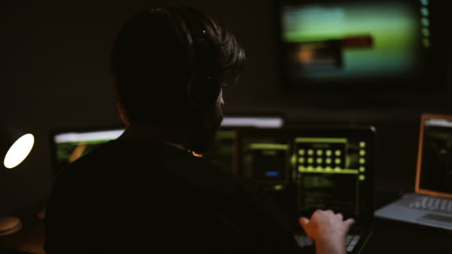 stockvideo's en b-roll-footage met hacker man - bedreiging
