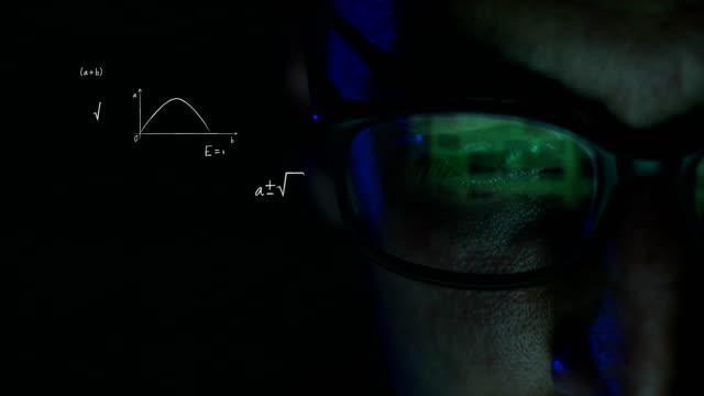 hacker-mann arbeitet am computer - mathematikstunde stock-videos und b-roll-filmmaterial