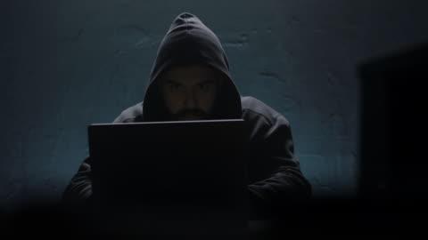 vídeos y material grabado en eventos de stock de ordenador portátil de apertura de hacker - resistencia