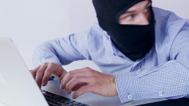 vidéos et rushes de ds pirate voler des données sensibles sur un ordinateur - se cacher