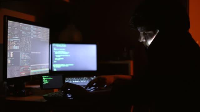 vídeos de stock, filmes e b-roll de hacker, falar ao telefone - pouca luz