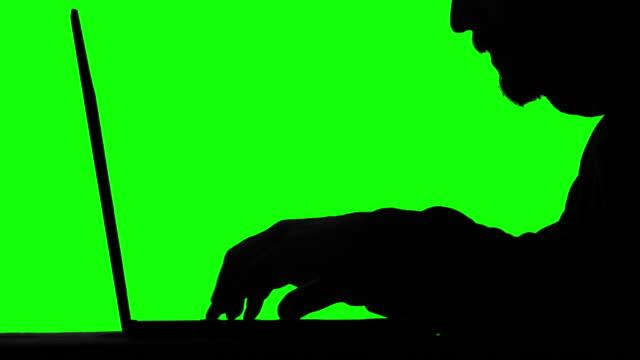 vídeos de stock, filmes e b-roll de código de digitação do hacker em sua tela verde do portátil no fundo - deep web