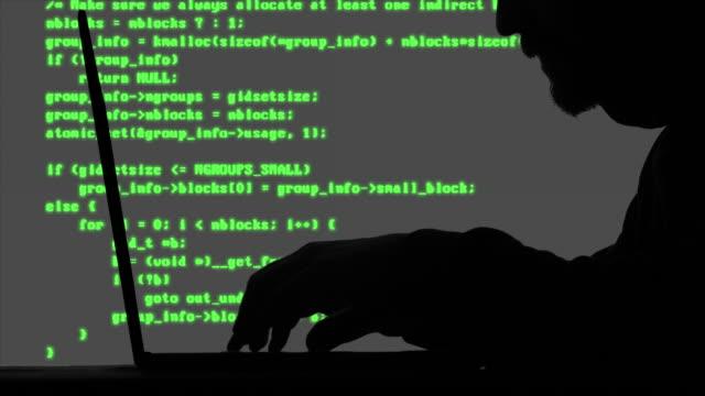 vídeos de stock, filmes e b-roll de código de digitação do hacker em seu portátil - deep web