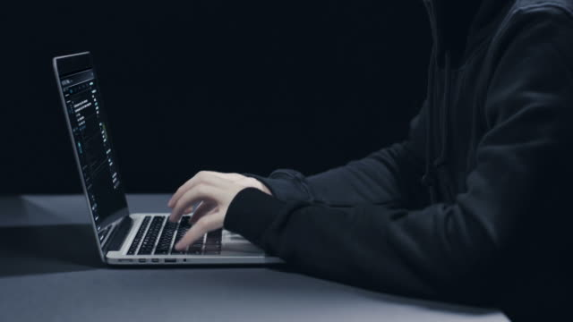 hacker mit laptop  - schurke stock-videos und b-roll-filmmaterial