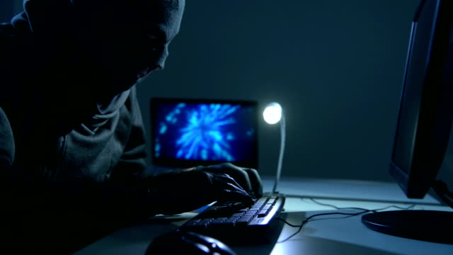 Hacker mit Maske Code knacken