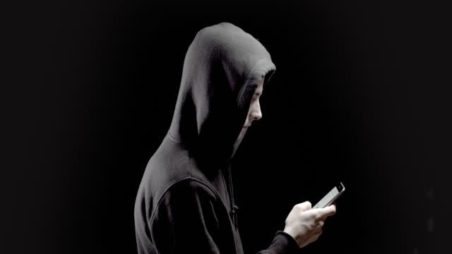 vídeos de stock, filmes e b-roll de hackers são os mestres do disfarce - casaco com capuz