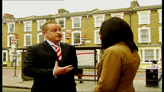 hackney crackdown on 'fly boarding' by estate agents england london hackney ext reporter along with councillor alan laing various close ups of 'to... - for sale englischer satz stock-videos und b-roll-filmmaterial