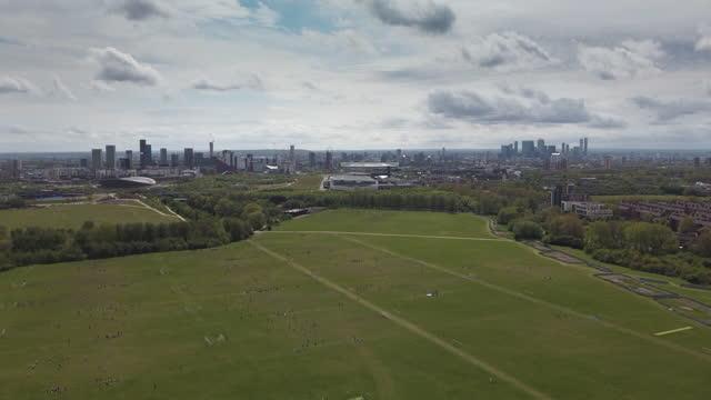 hackney marshes east london. la casa del calcio di campionato domenicale con un massimo di 82 campi da calcio e anche campi da cricket - greater london video stock e b–roll