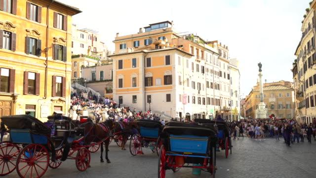 hackney-kutschen in rom mit der spanischen treppe im hintergrund - zugpferd stock-videos und b-roll-filmmaterial