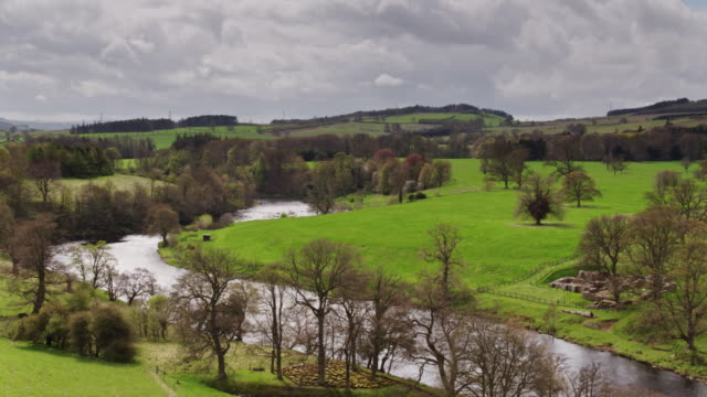 vídeos de stock e filmes b-roll de hadrian's wall by the river tyne - drone shot - nordeste da inglaterra