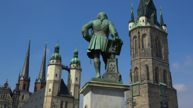 haendel monument with red tower and market church of st. mary in halle an der saale, saxony-anhalt, germany - halle gebäude stock-videos und b-roll-filmmaterial