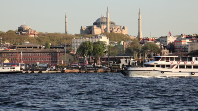 t/l ws haghia sophia seen across golden horn with boats, istanbul, turkey - 遠距離拍攝 個影片檔及 b 捲影像