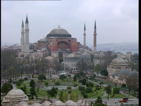 vídeos y material grabado en eventos de stock de ws,  ha,  hagia sophia and adjoining city square,  istanbul,  turkey - alto descripción física