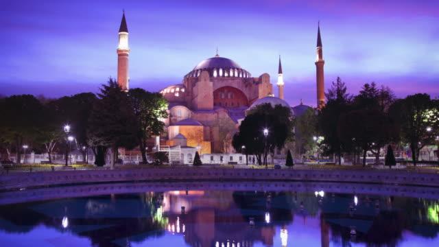 vidéos et rushes de hagia sophia istanbul (ayasofya) timelapse au crépuscule - istanbul