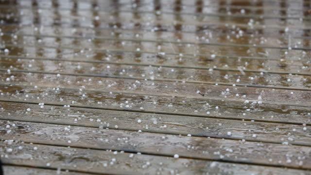 タクシーと降り注ぐ雨に木製デッキボード - ヒョウ点の映像素材/bロール
