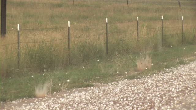 hail stones falling - ヒョウ点の映像素材/bロール