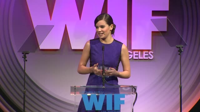 stockvideo's en b-roll-footage met speech hailee steinfeld at 2013 women in film crystal lucy awards sponsored by max mara swarovski and kodak 2013 women in film crystal lucy awards... - beverly hilton hotel