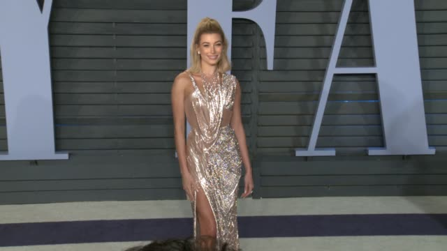 vídeos y material grabado en eventos de stock de hailey baldwin at 2018 vanity fair oscar party in los angeles ca - vanity fair oscar party