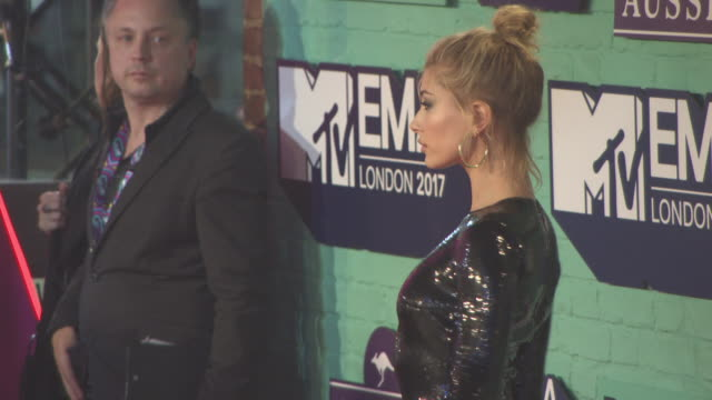 hailey baldwin at mtv ema awards at the sse arena wembley on november 12 2017 in london england - 2017 stock-videos und b-roll-filmmaterial