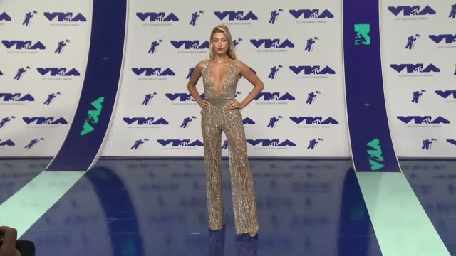 hailey baldwin at the 2017 mtv video music awards at the forum on august 27 2017 in inglewood california - hailey rhode bieber stock videos & royalty-free footage