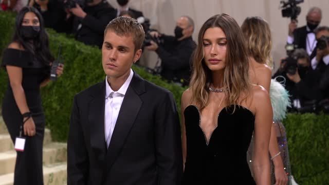 hailey bieber and justin bieber arrive at the 2021 met gala celebrating in america: a lexicon of fashion at metropolitan museum of art on september... - ジャスティン・ビーバー点の映像素材/bロール