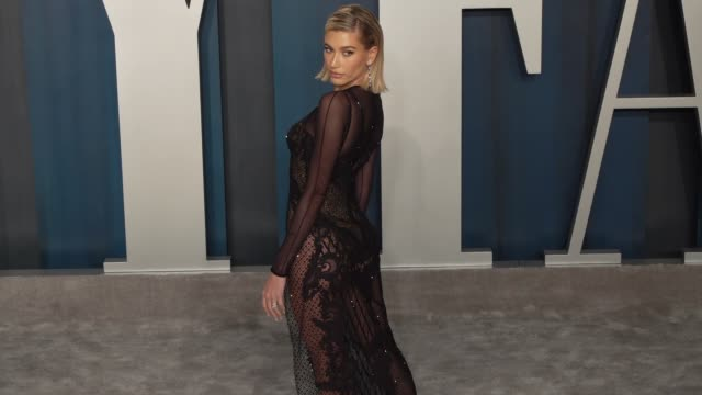 vídeos de stock e filmes b-roll de hailey bieber at vanity fair oscar party at wallis annenberg center for the performing arts on february 09, 2020 in beverly hills, california. - vanity fair oscar party