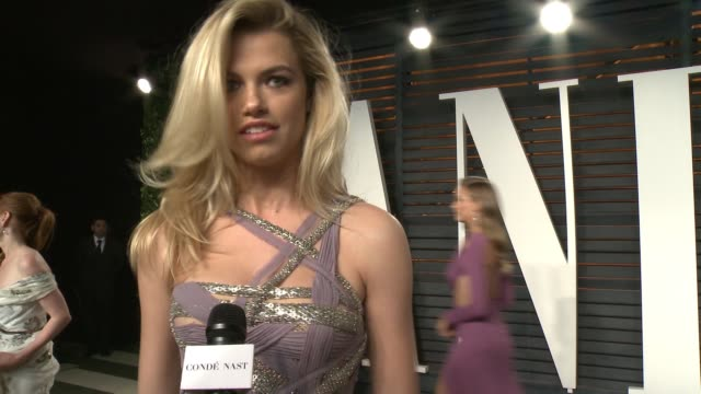 vidéos et rushes de hailey clauson at the 2016 vanity fair oscar party hosted by graydon carter at wallis annenberg center for the performing arts on february 28, 2016... - vanity fair oscar party
