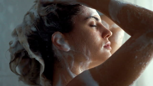 stockvideo's en b-roll-footage met haar en lichaam wassen in slow motion. - domestic bathroom