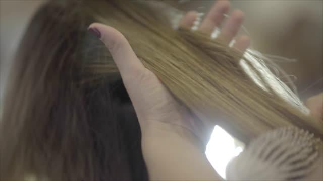 vídeos y material grabado en eventos de stock de cepillar el cabello - cepillar el cabello