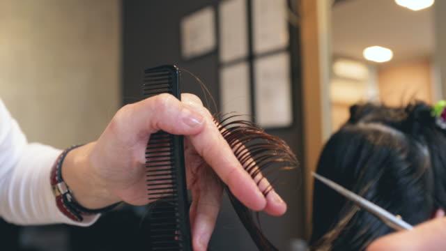 vídeos de stock e filmes b-roll de corte de cabelo - salão de beleza