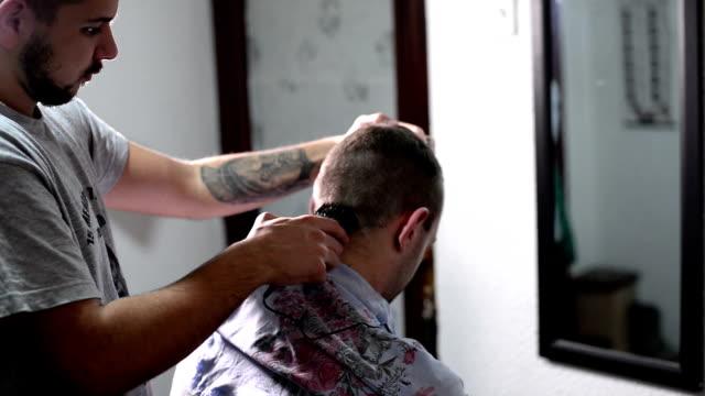 vídeos de stock e filmes b-roll de corte de cabelo. plano aproximado. - cut video transition
