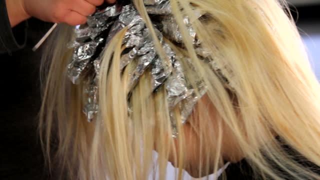 vídeos de stock, filmes e b-roll de tinta de cabelo - cor de cabelo
