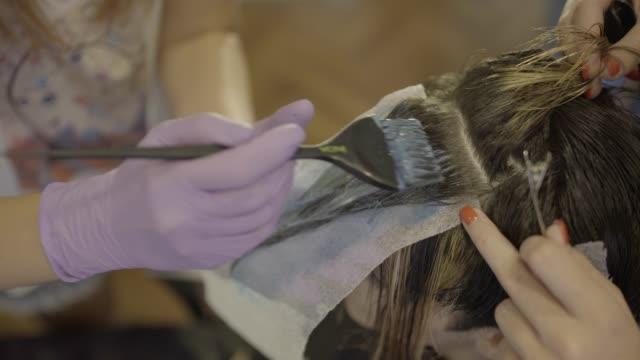 vídeos de stock, filmes e b-roll de morrer de cabelo - cor de cabelo