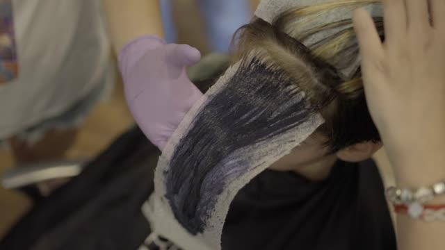 vídeos de stock e filmes b-roll de hair dying - reflexo cabelo pintado