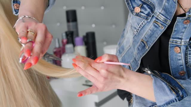 vídeos de stock, filmes e b-roll de hair salon - jaqueta jeans