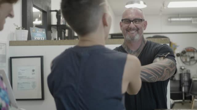 vídeos y material grabado en eventos de stock de hair salon - advice