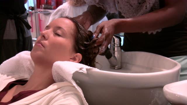 friseur salon - schönheitssalon stock-videos und b-roll-filmmaterial
