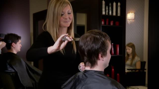friseur salon - stuhl stock-videos und b-roll-filmmaterial