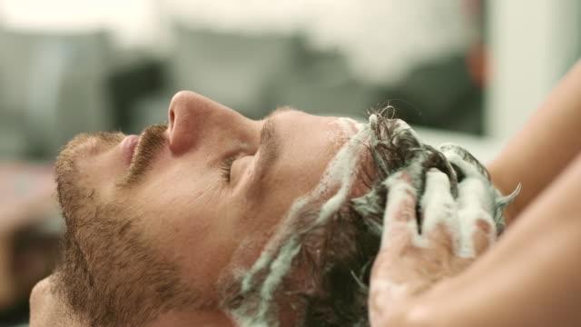 vídeos y material grabado en eventos de stock de lavado de cabello - salón de belleza