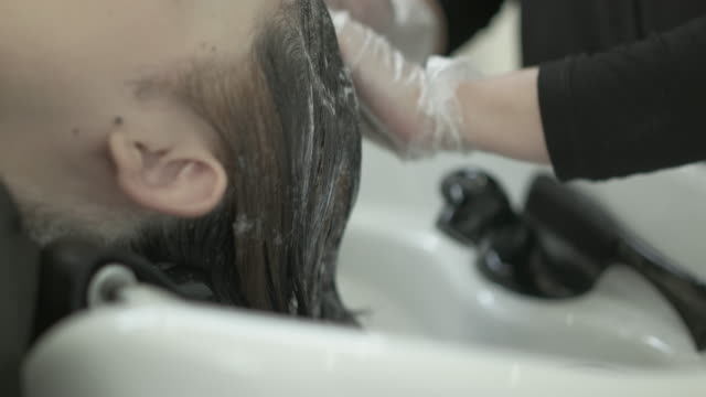 hair washing at a salon. japan - shampoo per capelli video stock e b–roll