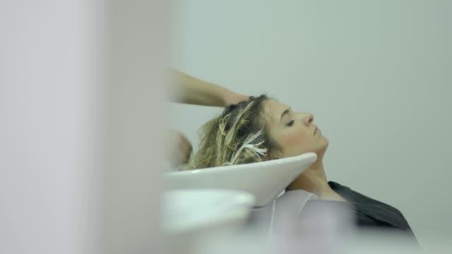 vídeos de stock, filmes e b-roll de lavando cabelo - salão de beleza