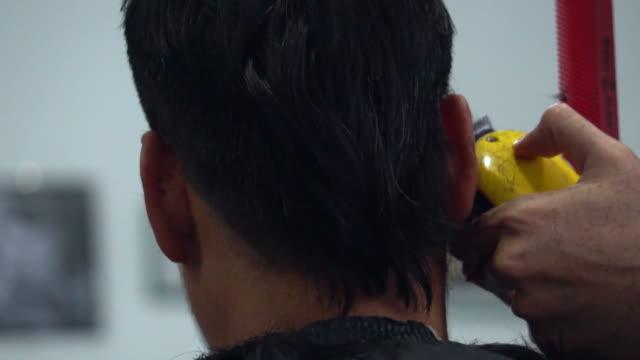 vídeos y material grabado en eventos de stock de corte de cabello - peladas
