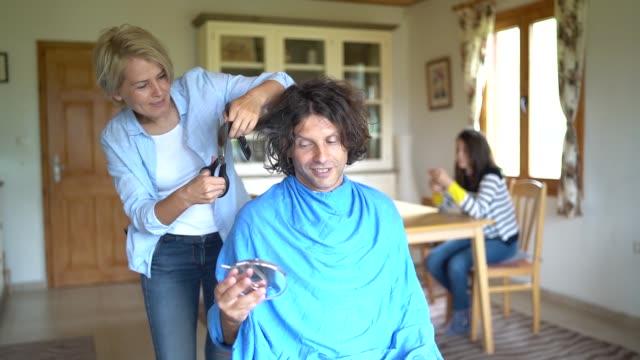 vídeos de stock, filmes e b-roll de corte de cabelo em casa durante a pandemia de coronavírus - estilo de cabelo