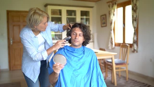 vídeos de stock, filmes e b-roll de corte de cabelo em casa com а  clipper - estilo de cabelo