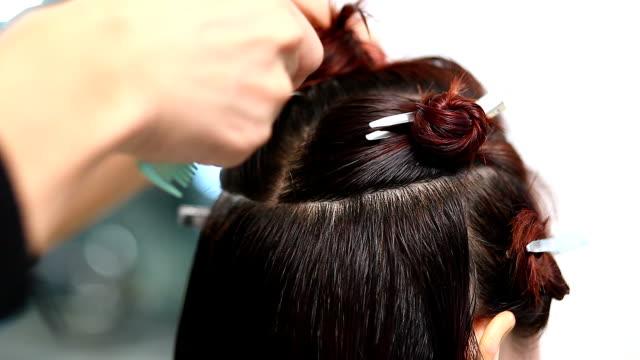 vídeos de stock, filmes e b-roll de iremos cabeleireiro feminino cabelo antes de fazer cor de cabelo - cor de cabelo