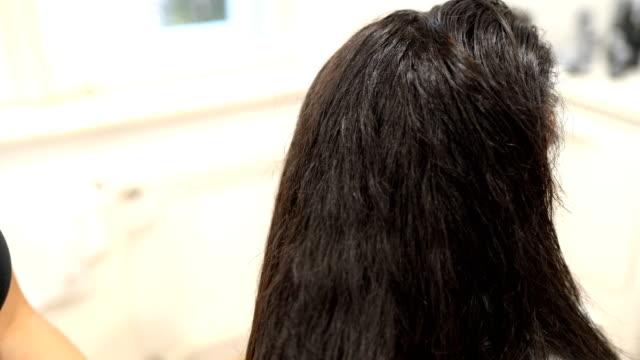 vídeos de stock, filmes e b-roll de cabeleireiro usando secador de cabelo e escovar os cabelos - secar