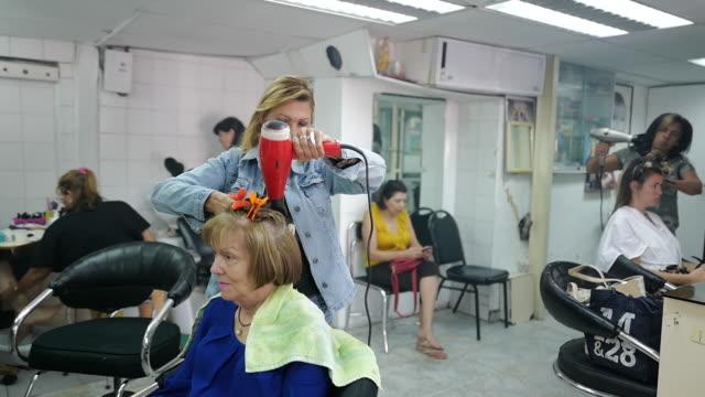 hairdressers working in caracas, miranda, venezuela on friday, march 6, 2020. - cura della persona video stock e b–roll