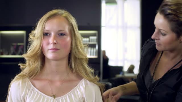 haar-styling - sich verschönern stock-videos und b-roll-filmmaterial