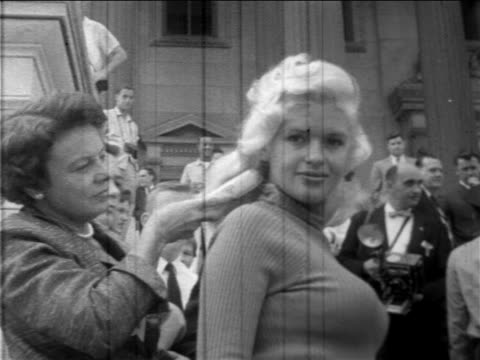vidéos et rushes de hairstylist brushing jayne mansfield's hair outdoors on promotional tour / washington dc - cheveux